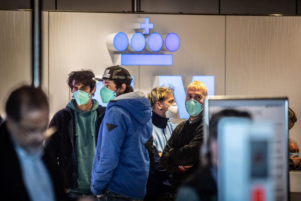 Nederland, Schiphol, 16-03-2020 KLM in crisis. Bij het serviceount proberen passagiers informatie in te winnen omtrent hun vlucht. KLM is zwaar getroffen door het Coronavirus ( Covid-19) en zal de komende twee maanden bijna alle vliegtuigen aan de grond houden.  Foto: Peter Boer