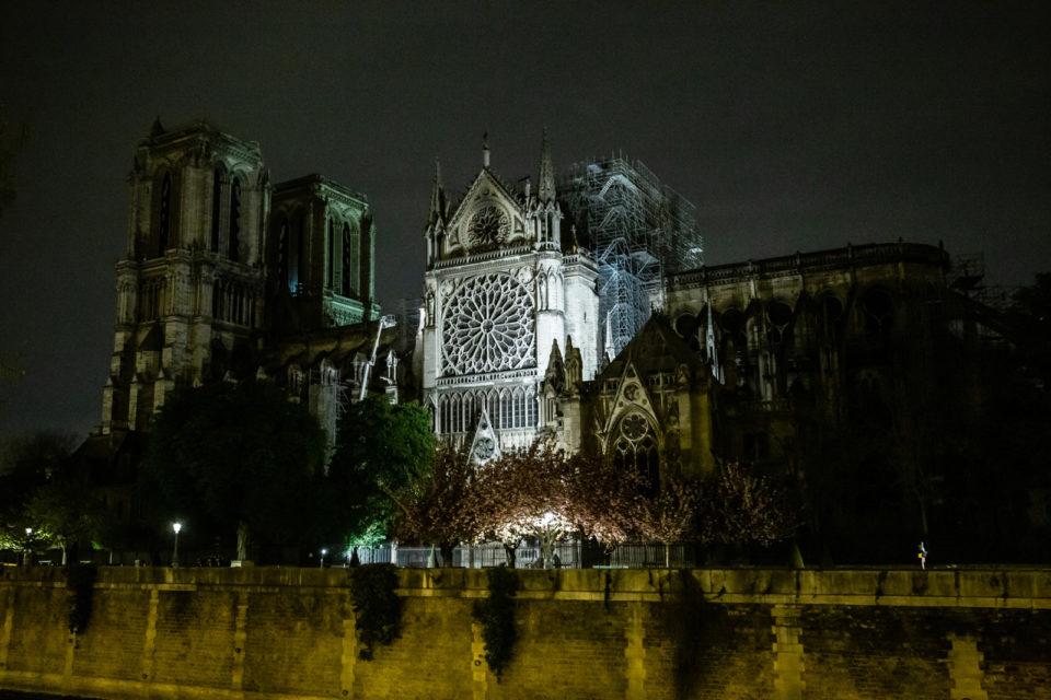 Frankrijk, Parijs, 17-04-2019 Ochtendgloren. Notre Dame, de dag na de verwoestende brand in de kathedraal. Inspectie in de toren door de brandweer ( dat kleine lichtje) Foto: Peter Boer