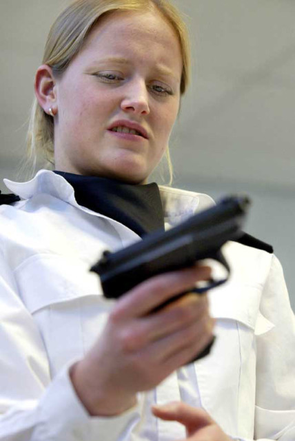 05-02-2003 Daniëlle neemt voor het eerst de Walther P3 ter hand.